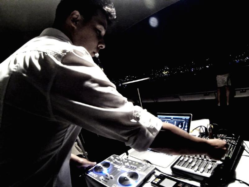 DJ Lee - Entertainment Bureau - Book Sydney Based Wedding and Event DJs